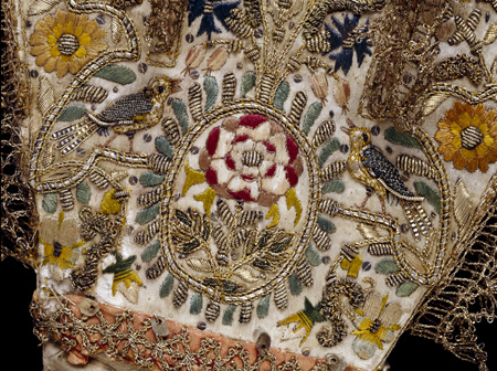 A glove of cream leather with satin gauntlet embroidered with silk and metal thread, purl and spangles, trimmed with silk ribbon and silver-gilt bobbin lace, England, 1600-1625, <br />©Victoria and Albert Museum, London